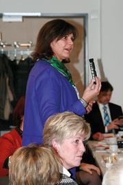 Ilse Aigner zeigte sich interessiert an der Herstellung von Steckverbindern