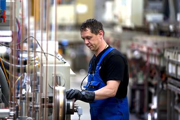 Ein Mitarbeiter an der Bandgalvanik-Anlage